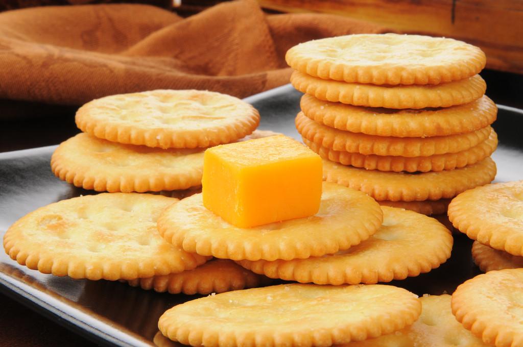 切达干酪和饼干,切达干酪奶酪和小麦饼干的多维数据集的特写