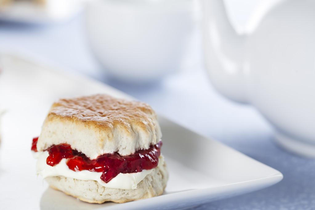 斯昆,英语烤饼用奶油和草莓果酱