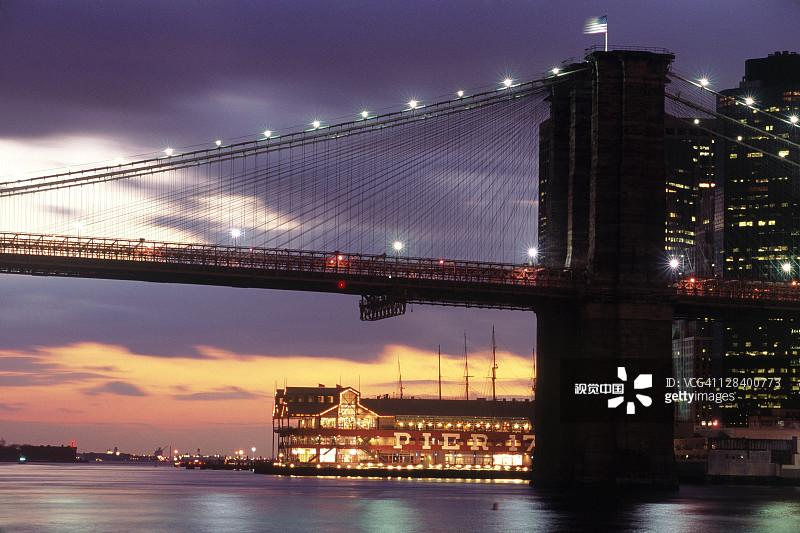 Brooklyn Bridge and South Street Seaport, NYC图片素材_创意图片 - 视觉中国