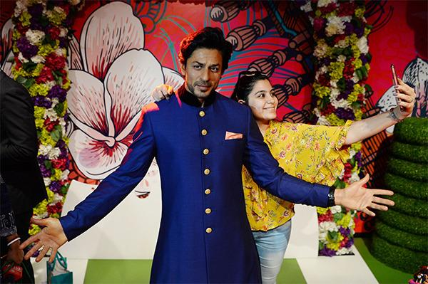 SRK: Shah Rukh Khan debuts at Madame Tussauds Delhi with arms wide open - The E