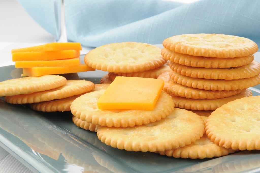 奶酪和饼干,一盘切达干酪奶酪片饼干的特写